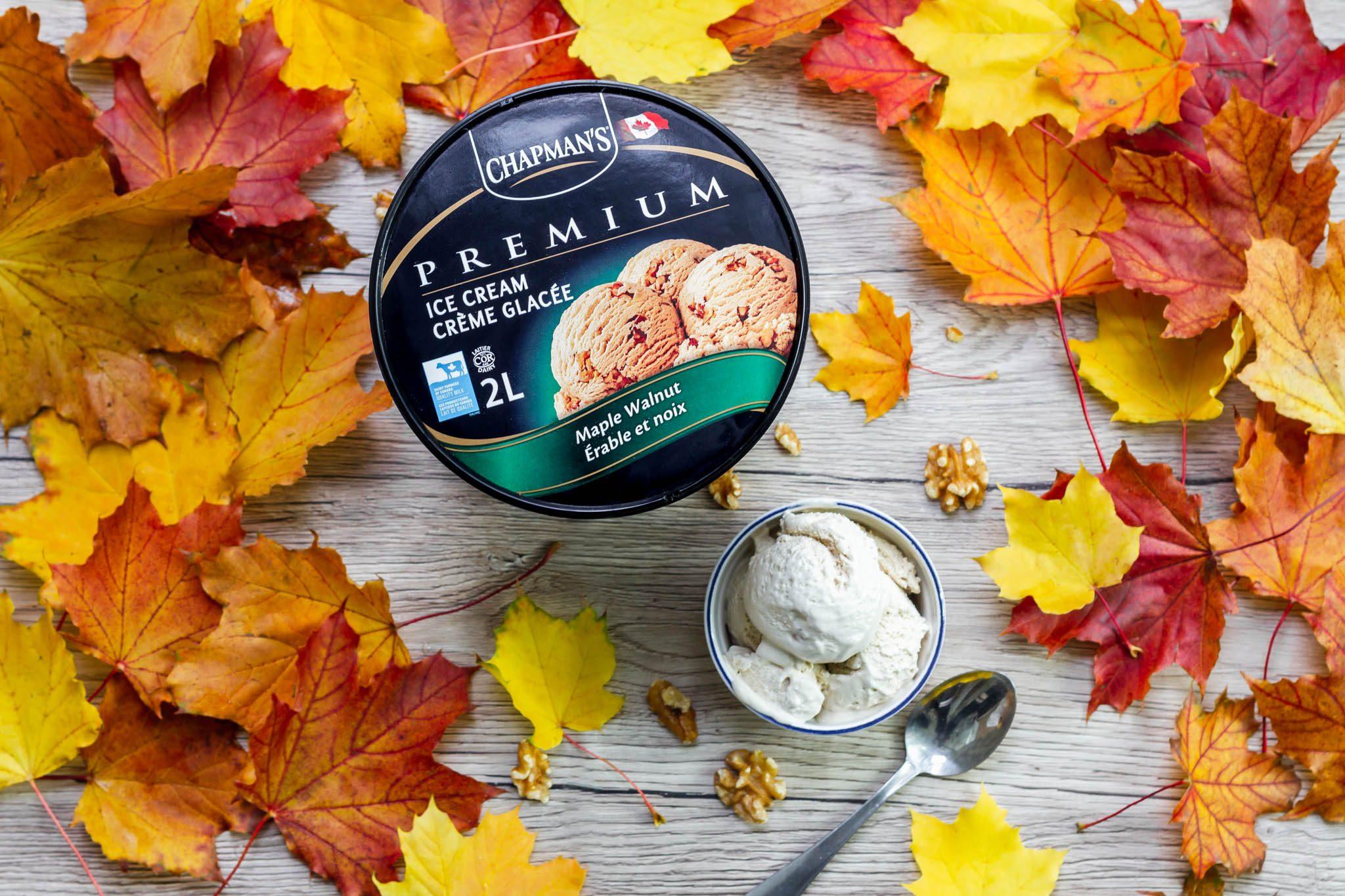 Glace Chapman's Maple Walnut avec feuilles d'érable entourant la baignoire